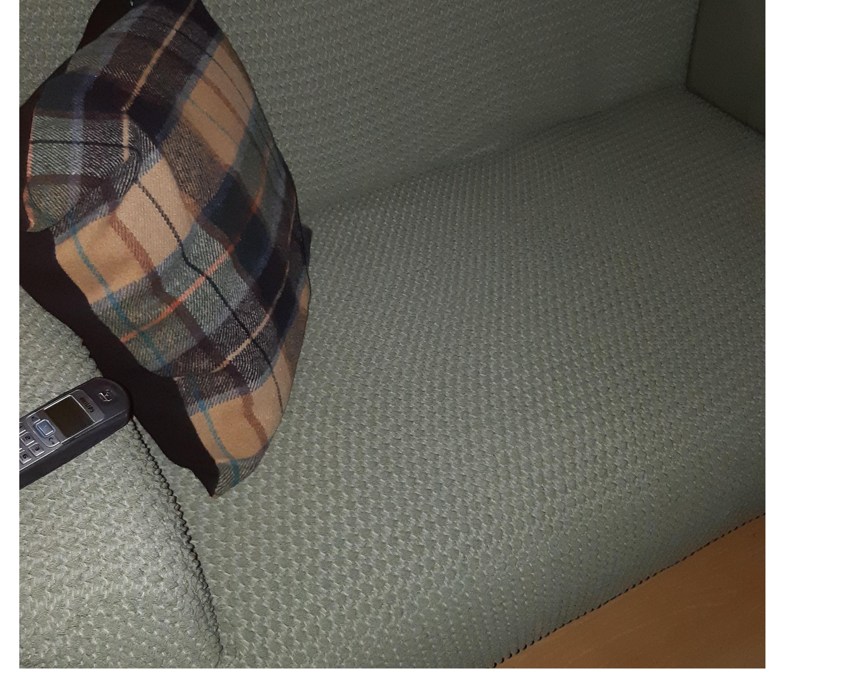 Plastic meubelhoezen per stuk gebruik: Afdekken meubels tegen de poes.....met een groen bankovertrek erover en plastic hoes eronder